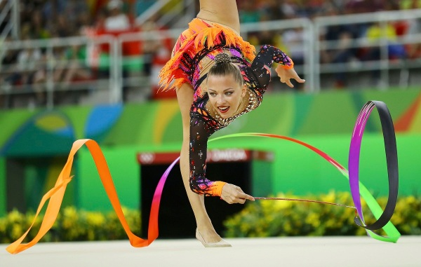 2016 Rio Olympics - Rhythmic Gymnastics - Preliminary - Individual All-Around Qualification - Rotation 4 - Rio Olympic Arena - Rio de Janeiro, Brazil - 19/08/2016. Melitina Staniouta (BLR) of Belarus competes using the ribbons. REUTERS/Mike Blake FOR EDITORIAL USE ONLY. NOT FOR SALE FOR MARKETING OR ADVERTISING CAMPAIGNS. - RTX2M529
